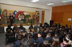 Il Preside della nostra scuola, il Signor Carlo Slomp, presenta il significato dell' emotiva e solenne cerimonia di riconoscimento e gratitudine al Prof. Olmi.