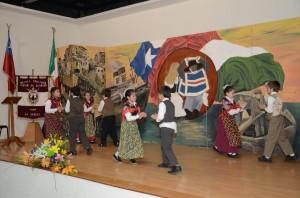 """Gli alunni del gruppo folcloristico trentino ha mostrato il ballo """"Trento con amore"""",  guidati dalla Signora Rosa Sàez Yañez."""